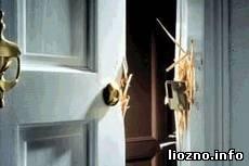Выбил входную дверь и совершил кражу