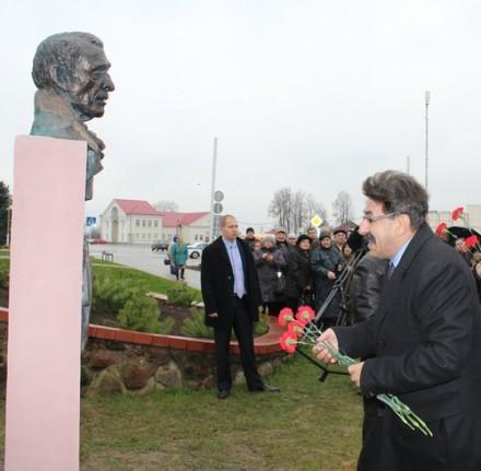Иосиф Шагал возлагает цветы к бюсту своего знаменитого однофамильца