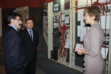 Иосиф Шагал и председатель Лиозненского райисполкома Иван Лавринович в Лиозненском военно-историческом музее