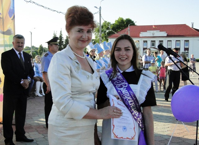 И. А. Дервоед вручает диплом Марии Ковалевской