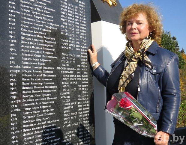 Марина Фролова у обновленного мемориала