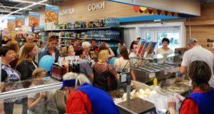 В Лиозно с необычайным ажиотажем открыли магазин «Санта» с пиццерией