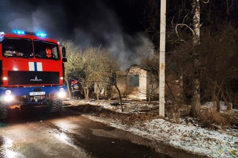 Спасатели вытащили мужчину из горящего дома в Лиозно