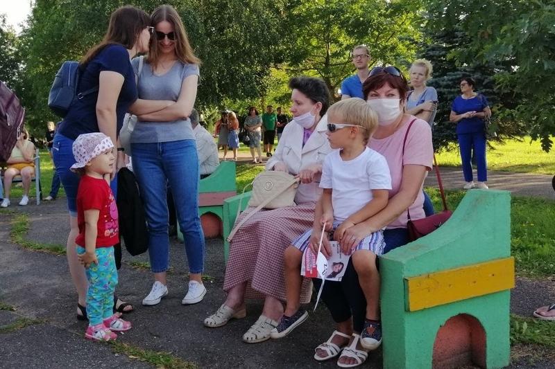 Около 100 человек пришли на пикет за Тихановскую в Лиозно